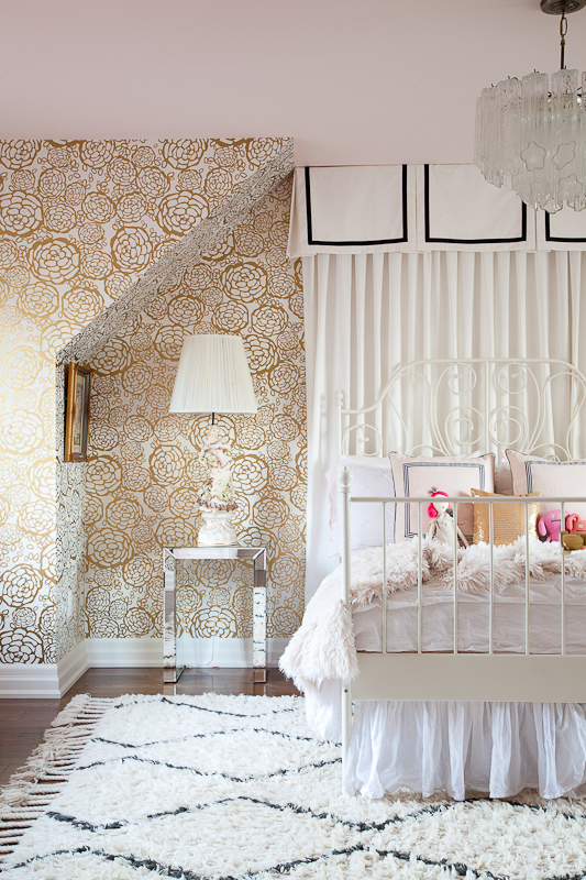 christine-dovey-pine-girls-room-1-ikea-bed-valance-venini-chandelier-statue-lamp-beni-rug-mirrored-side-table-hygge-and-west-wallpaper-gold