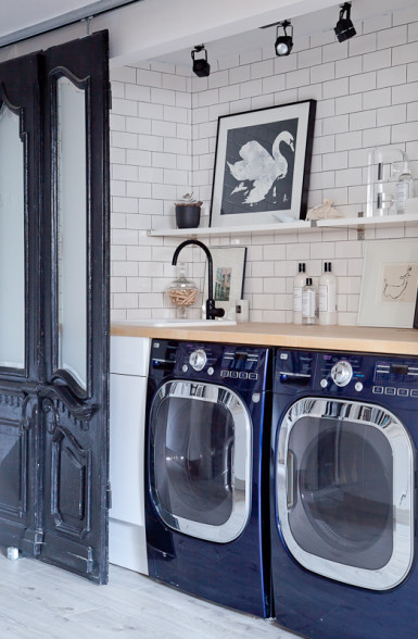 christine-dovey-laundry-1-subway-tile-floating-open-shelves-art-black-faucet-antique-doors-on-sliding-track2-385x588
